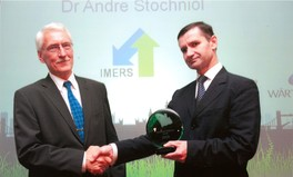 Mr Torbjorn Henriksson presenting the award to Dr Andre Stochniol